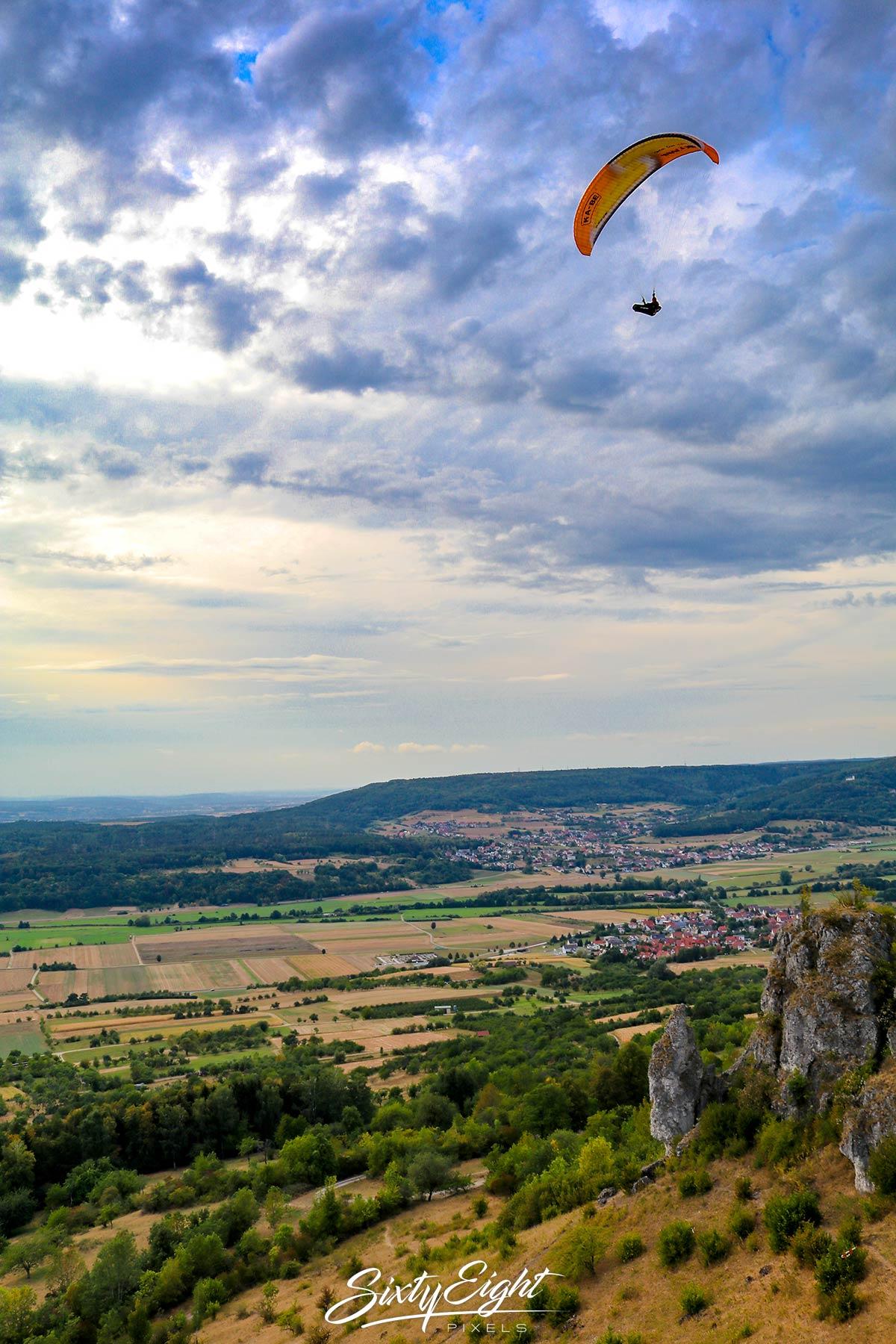 Gleitschirmflieger über dem Walberla in der fränkischen Alb