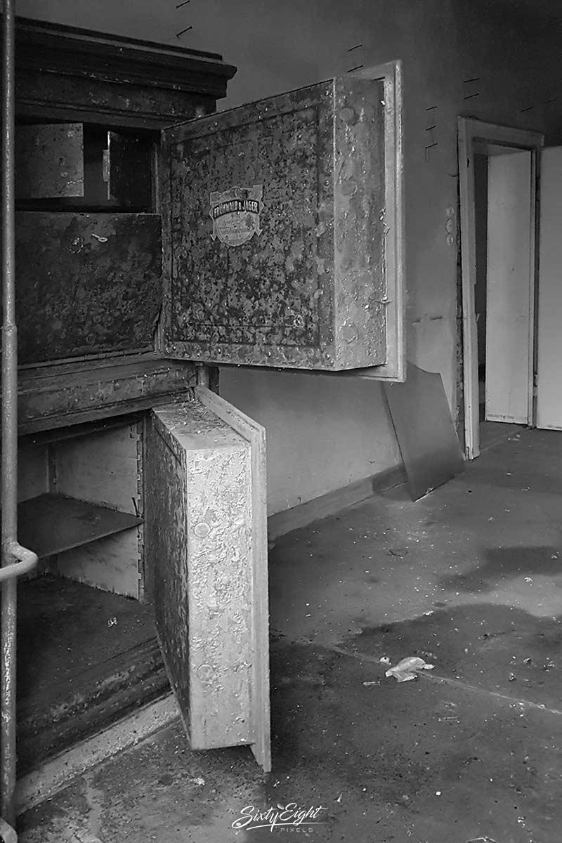 Ein offener Tresor in einem Lost Place
