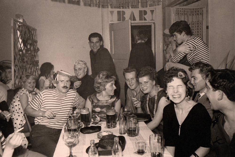 Ein altes Schwarzweiß Foto einer Faschingsparty aus den 60er Jahren.